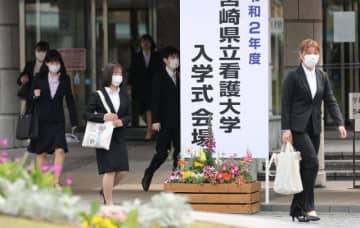 入学式を終え、マスク姿で会場を後にする新入生=3日午前、宮崎市・県立看護大