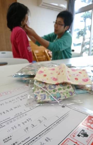 「伊達直子」と名乗る人物から郵送された手作りの布マスク=3日午後、高原町・石井記念神武の家