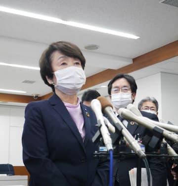 休校期間の延長について説明する横浜市の林市長=市役所