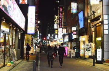 外出自粛要請が続き、人影がまばらな東京・新橋の繁華街=3日午後