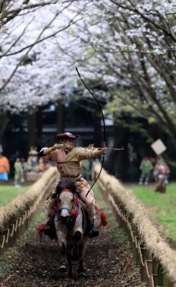 馬に乗り疾走し、的を狙う射手=3日午後、宮崎市・宮崎神宮