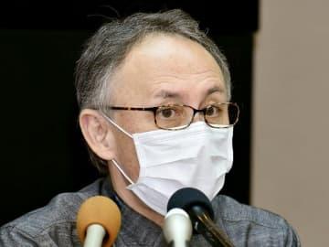 マスク姿で、県職員の「陽性確認」について報告する玉城デニー知事=3日、県庁