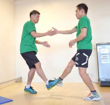 軽くジャンプしながら2人の左手と左手をタッチ