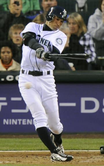安打を放つマリナーズのイチロー外野手=2009年4月、シアトル(共同)