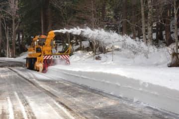 除雪作業が行われている恐山街道=3日、むつ市