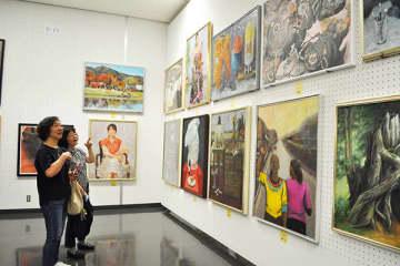 1988点の作品が展示された昨年の県展=2019年5月28日、さいたま市浦和区の県立近代美術館