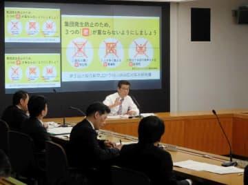 市の会合で考えを示す松井市長(奥)=3日、市役所