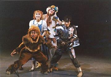 ミュージカル路線で人気を博した劇団創立時の公演の様子(劇団伽羅倶梨提供)