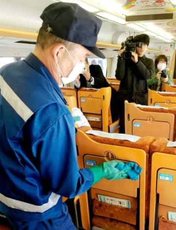 特急「いしづち」の車内を消毒する作業員=3日午前、JR高松駅