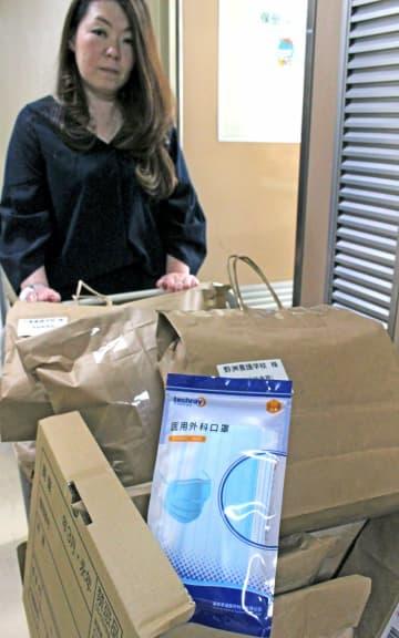 中国湖南省から寄付を受けたマスクが詰められた紙袋。滋賀県内の各学校の備蓄数に応じて配布される(大津市・県庁)