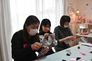 不織布などを縫い合わせるマスク作り教室の参加者