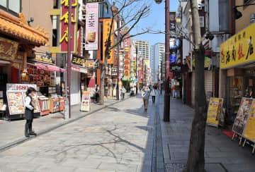 横浜中華街の大通り。客足はまばらで、普段の賑わいは見られなかった=4日午後1時15分ごろ、横浜市中区