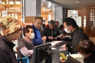 「串間温泉いこいの里」再開初日に訪れ、回数券を買い求めた利用客