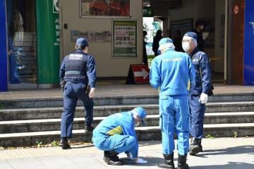 男性が倒れていた現場を調べる県警の捜査員=3日午前9時35分ごろ、横浜市中区