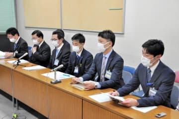 新型コロナウイルスの新たな感染患者について発表する横浜市幹部ら=横浜市庁舎