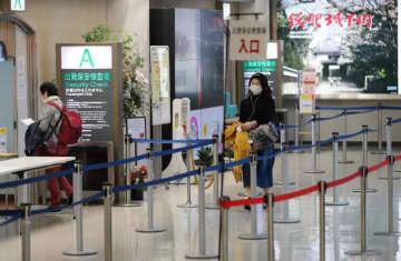 閑散とした出発保安検査場の入り口付近=4日午後、宮崎市・宮崎ブーゲンビリア空港