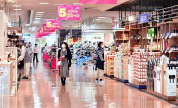 通常の週末よりも買い物客が少ないエルパの各ショップ=4月4日、福井県福井市大和田2丁目