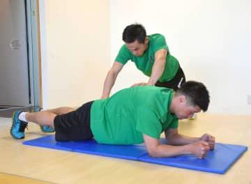 肘を立てて膝を浮かせた状態で上から押す