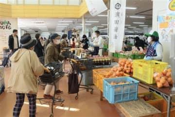 野菜や果物、コロッケなどが特別価格で並んだ販売会=熊本市北区