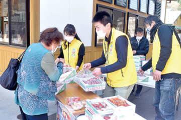 人気を集めたイチゴの応援販売会=4日午前、横瀬町芦ケ久保の道の駅果樹公園あしがくぼ