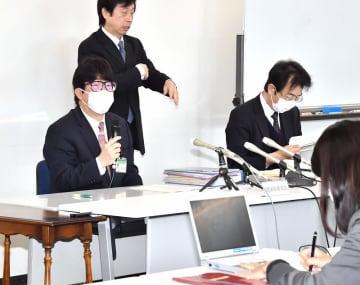 新型コロナウイルスで福井県内2人目の死者が出たことなどについて、会見で説明する県幹部(左端)=4月5日午前11時ごろ、福井県庁