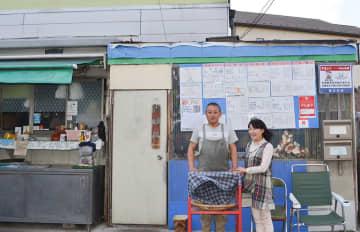 店舗の前に立つ星川さん(左)と松藤さん=川崎市多摩区