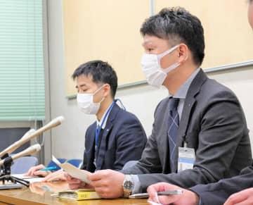 新型コロナウイルスの感染確認を発表する横浜市の担当者=5日午後、横浜市役所