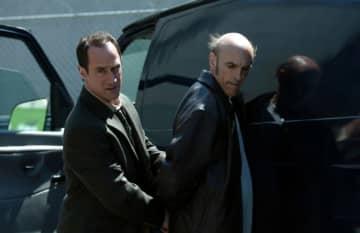 クリストファー・メローニ演じるステイブラー刑事(左)-「LAW & ORDER:性犯罪特捜班」シーズン6より - NBC / Photofest / ゲッティ イメージズ