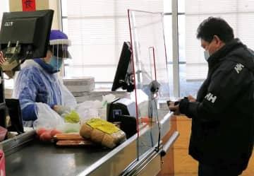 店員がマスクを付け、会計中の飛沫感染を防ぐための透明のボードが設置されたニュージャージー州のスーパー(デビッドさん提供)