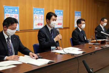 小中学校の休校延長について説明する宮崎市の西田幸一郎教育長(左から2人目)=5日午後9時6分、宮崎市役所