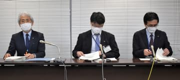 県職員の感染が判明し、会見する県幹部=県庁