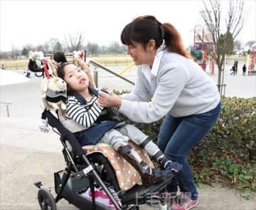 周囲に支えられながら、笑顔を大切に生活する知果さんと母の京子さん=3月下旬