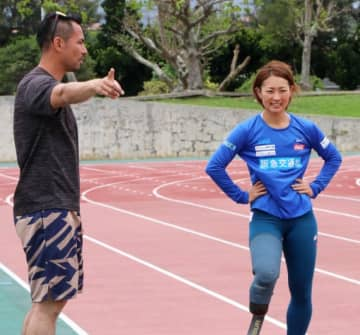 アドバイスを受けながら練習に取り組む中西麻耶選手(右)=1日、沖縄県石垣市