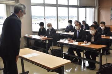 小中学校の再開について校長に意見を求める大和田教育長=5日午前9時30分ごろ、南相馬市役所