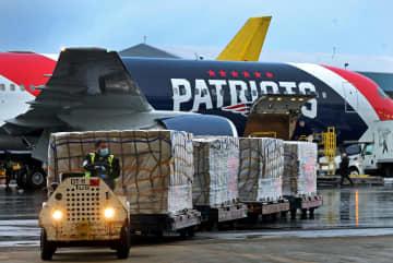 中国からペイトリオッツのチーム専用機で輸送されたマスク=2日、米ボストン(ロイター=共同)