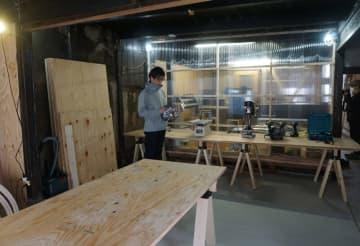 木工や紙工に必要な機械が備えられた作業室(京都市上京区浄福寺通中立売上ル)