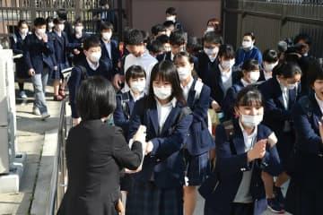 アルコール消毒液を手に掛け、教室に向かう生徒たち(6日午前8時39分、京都市中京区・西ノ京中)