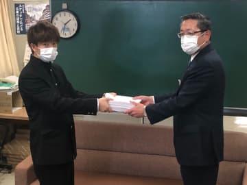 インターネット上で休校の延長を求めた高校生の有志が、6日午後に兵庫県庁を訪問。兵庫県教育委員会の西田健次郎・教育次長に署名を手渡した(写真:ラジオ関西)