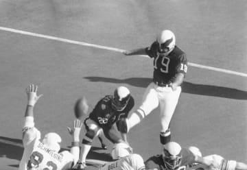 NFLの試合に出場し、キックするトム・デンプシーさん=1971年、米セントルイス(AP=共同)