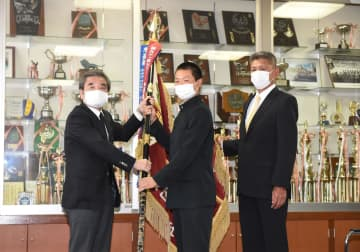 昨春準V習志野が校内で準優勝旗返還式 参加者全員マスク着用