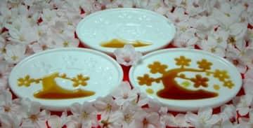 「桜盆栽」。醤油を注いでいくと…つぼみが、満開に。花吹雪まで…(提供)