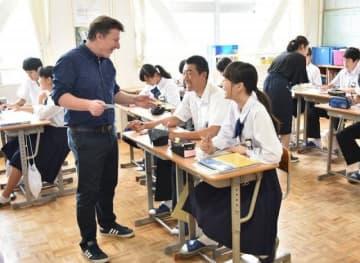 ALTが参加する英語の授業=2018年、総社市立昭和中