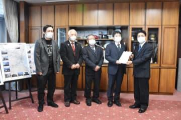 陳情書を戸敷市長に提出する落合恵一理事(右から2人目)ら=6日午前、宮崎市役所