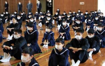 綾中の始業式は時間の短縮に加え、生徒同士の間隔を空ける対策も取られた=6日午前、綾町