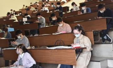 宮崎大の新入生向けオリエンテーションでは緊急時の連絡先などを大学に登録し、約2週間の自宅待機に備えた=6日午前、宮崎市