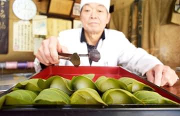 端午の節句に向けて和菓子店が販売を始めたかしわ餅=6日、横浜市中区