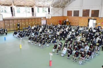 マスクを着用して入学式に出席する新入生=三浦市立初声小学校
