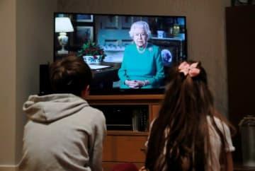 英国のエリザベス女王(93)が5日夜、国民に向けて異例のテレビ演説を行い、新型コロナウイルス危機は必ず克服できると呼びかけた。 写真はハートフォード在住の家庭で撮影。 - (2020年 ロイター/Andrew Couldridge)