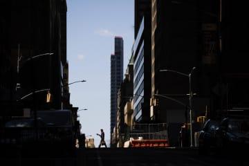 人けのないニューヨークの街=6日(AP=共同)