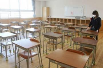 教室の机を動かして間隔を広げる芳田小の教員